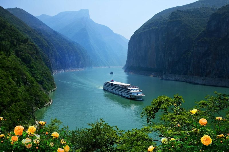 Cruise along the Yangtze River Three Gorges